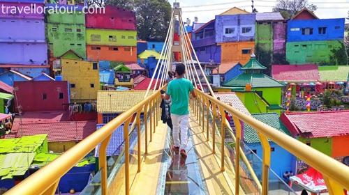 jembatan-kaca-kampung-warna-warni